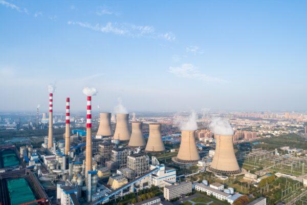 Аэрофотоснимок современной большой угольной электростанции в городе Дэчжоу, провинция Шаньдун, Китай. chungking / Adobe Stock
