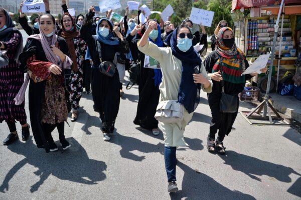 Афганские женщины выкрикивают лозунги во время митинга протеста против Пакистана возле посольства Пакистана в Кабуле 7 сентября 2021 г. Hoshang Hashimi/AFP via Getty Images