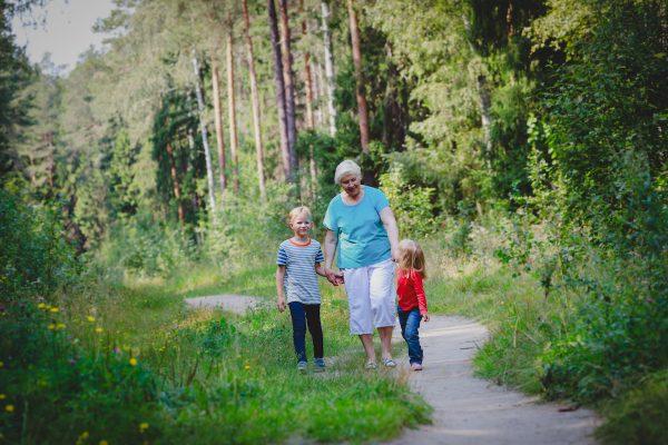 Свежий воздух, солнечный свет и физические упражнения полезны для тела и души. Shutterstock