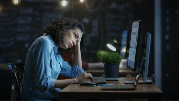 Перед сном яркий свет вреден, будь то свет от ламп или от экранов. Gorodenkoff/Shutterstock