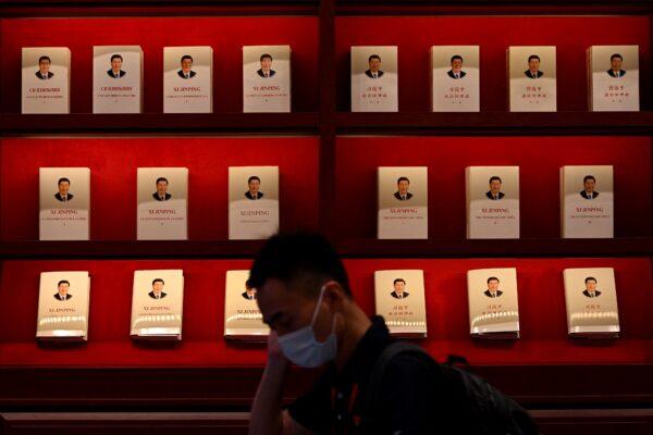 Посетитель проходит мимо витрины с книгами о китайском лидере Си Цзиньпине в Музее коммунистической партии Китая в Пекине, 25 июня 2021 г. Noel Celis/AFP via Getty Images