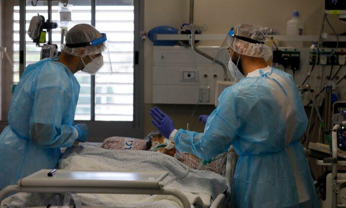 Израильский медицинский персонал оказывает помощь пациентам с COVID-19 в изоляторе медицинского центра «Зив» в городе Цфат на севере Израиля 12 августа 2021 года. Jalaa Marey / AFP via Getty Images | Epoch Times Россия
