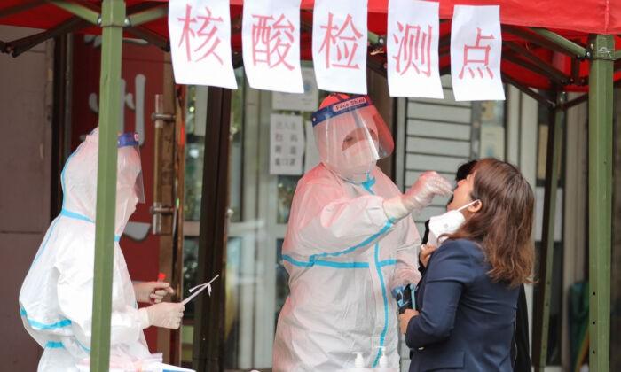Житель проходит тест на Covid-19 в Харбине, в северо-восточной провинции Китая Хэйлунцзян, 22 сентября 2021 г. STR/AFP via Getty Images | Epoch Times Россия