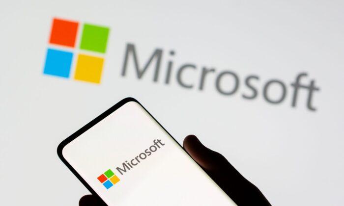 Смартфон видно перед логотипом Microsoft на иллюстрации, сделанной 26 июля 2021 г. Dado Ruvic / Illustration / Reuters | Epoch Times Россия