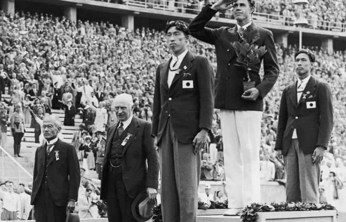 Шухей Нишида (на первом плане) и Суэо Кэ во время церемонии награждения на Олимпийских играх в Берлине. (Изображение: через Public Domain)   Epoch Times Россия