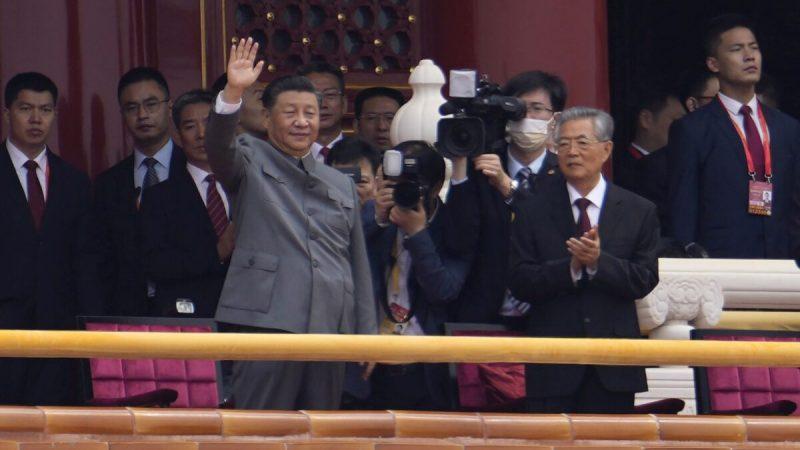 Китайский лидер СиЦзиньпин машет рукой вовремя церемонии послучаю 100-летия основания Коммунистической партии Китая уворот Тяньаньмэнь вПекине 1июля 2021 года. (Ng Han Guan/AP Photo)  | Epoch Times Россия