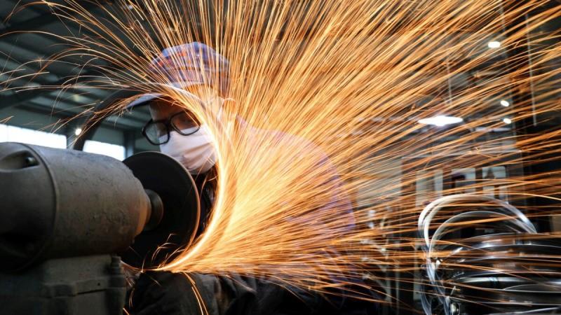 В то время, как страна охвачена вспышкой вируса COVID-19, заботник работает на производственной линии по изготовлению стальных ободов для велосипедов на заводе в Ханчжоу, провинция Чжэцзян, Китай, 2 марта 2020 года. (China Daily через Reuters)   Epoch Times Россия
