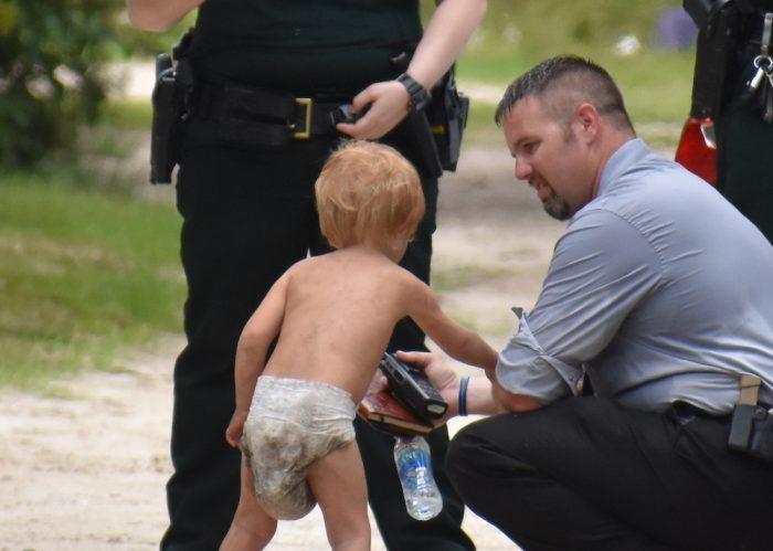 Из дома ушёл малыш. Его нашли спустя несколько часов, рядом были его собаки