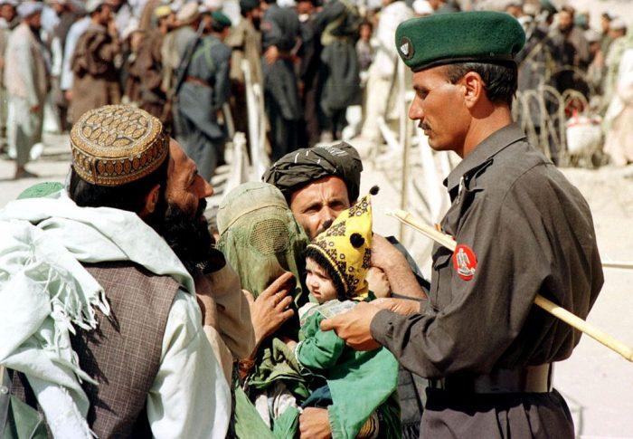 В давке на пакистано-афганской границе погибли четверо беженцев