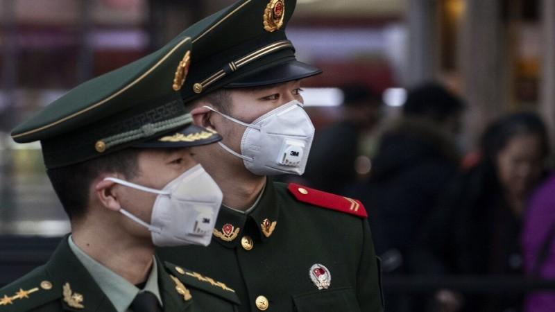 Китайские полицейские на вокзале Пекин в Пекине, Китай, 22 января 2020 г. (Кевин Фрайер / Getty Images)  | Epoch Times Россия