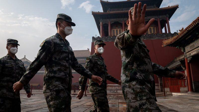 Солдаты Народно-освободительной армии Китая идут строем рядом со входом в Запретный город во время церемонии открытия политического собрания в Пекине 21 мая 2020 года. (NICOLAS ASFOURI/AFP via Getty Images)    Epoch Times Россия