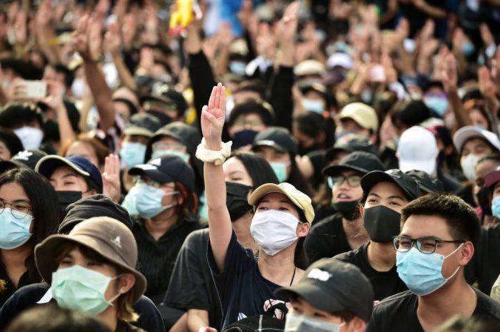 В Таиланде продолжаются массовые протесты из-за распространения вируса COVID-19