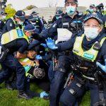 Сотни австралийцев обратили полицию в бегство во время протеста против обязательной вакцинации