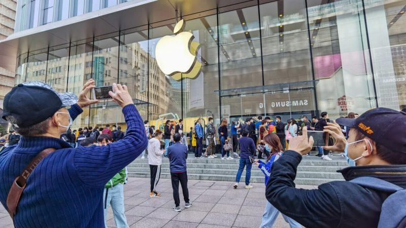 Покупатели стоят в очереди за зарезервированными мобильными телефонами iPhone 12 в магазине Apple в Шанхае 23 октября 2020 года. (STR/AFP via Getty Images)  | Epoch Times Россия