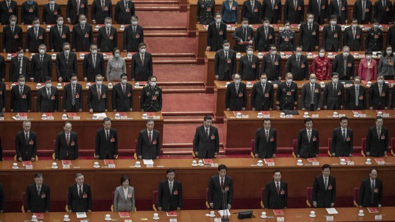 Китайский лидер Си Цзиньпин (в центре) и законодатели стоят при звучании гимна во время заключительного заседания конференции законодательного органа в Большом народном зале в Пекине, Китай, 11 марта 2021 года. Kevin Frayer/Getty Images   Epoch Times Россия