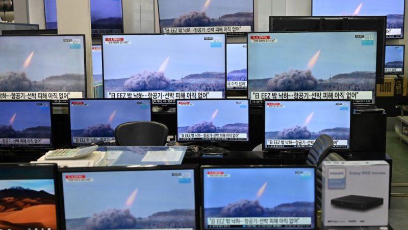 О предполагаемом испытании Северной Кореей баллистической ракеты сообщает новостная программа в торговом центре электроники в Сеуле 25 марта 2021 г. JUNG YEON-JE/AFP via Getty Images    Epoch Times Россия