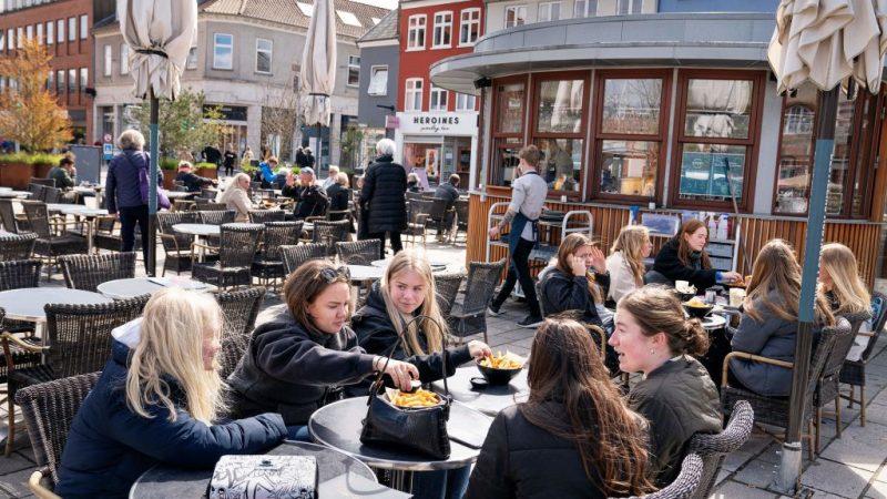 Люди наслаждаются обслуживанием на открытом воздухе в Роскилле, Дания. Фото КЛАУСА БЕКА / Ritzau Scanpix / AFP через Getty Images   Epoch Times Россия