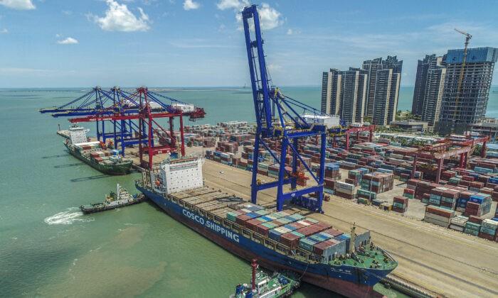 Судно-контейнеровоз входит в порт Хайкоу китайской провинции Хайнань, 17 мая 2021 г. (STR/AFP via Getty Images)   Epoch Times Россия