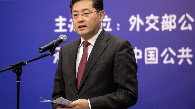 Бывший директор информационного отдела Министерства иностранных дел Китая Цинь Ган, выступающий во время мероприятия в Пекине25 декабря 2013 года. (-/CNS/AFP via Getty Images)  | Epoch Times Россия