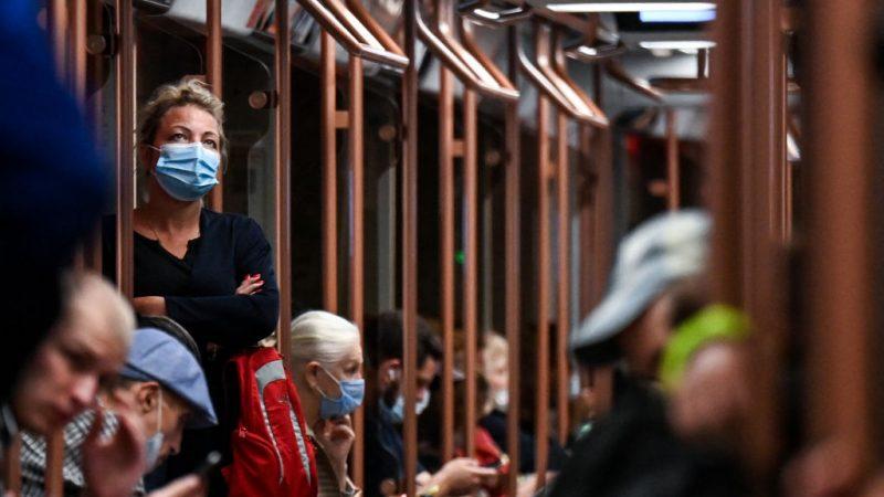 Женщина в маске на фоне продолжающейся пандемии Covid-19 стоит в метро в Москве 11 августа 2021 г. KIRILL KUDRYAVTSEV/AFP via Getty Images | Epoch Times Россия