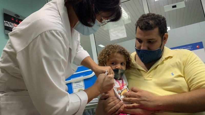 Вакцинация детей на Кубе. (Photo by ADALBERTO ROQUE/AFP via Getty Images) | Epoch Times Россия