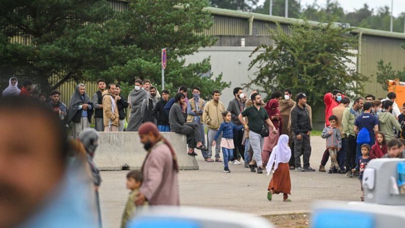Недавно прибывшие беженцы из Афганистана во временном лагере армии США 30 августа 2021 года в Кайзерслаутерне, Германия. Sascha Schuermann / Getty Image | Epoch Times Россия