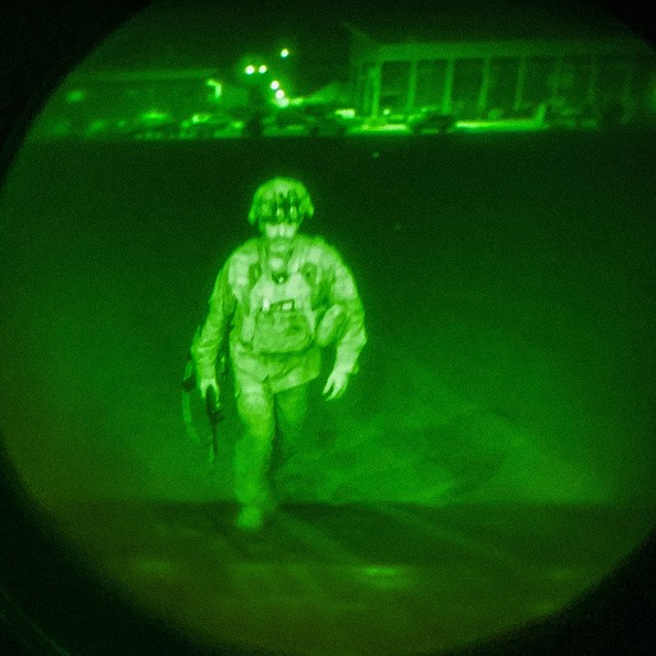 Генерал-майор армии США Крис Донахью, последний американский военнослужащий, покинувший Афганистан, садится в грузовой самолёт C-17 в международном аэропорту Хамида Карзая в Кабуле 30 августа 2021 г. (U.S. Central Command via Getty Images)