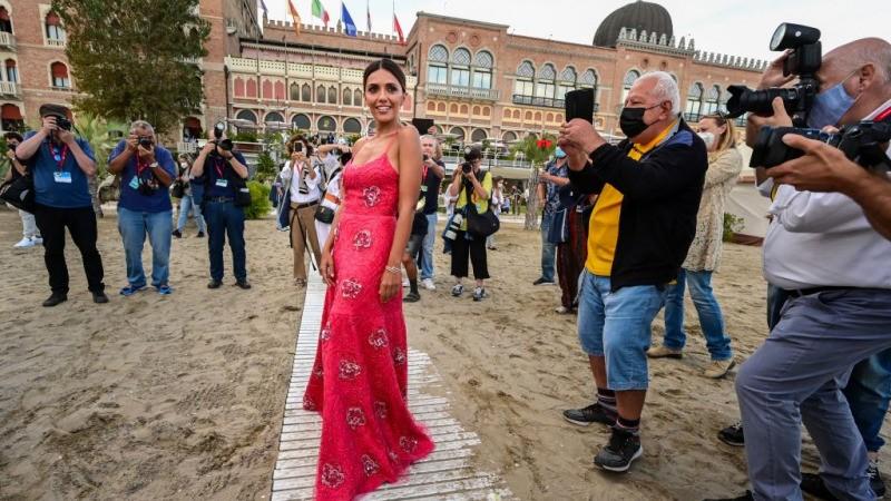 Итальянская актриса Серена Росси, которая будет проводить вечера открытия и закрытия 78-го Венецианского международного кинофестиваля, позирует фотографам на пляже отеля Excelsior в Лидо Венеции 31 августа 2021 года, накануне открытия фестиваля. MIGUEL MEDINA/AFP via Getty Images   Epoch Times Россия