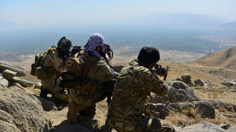 Члены афганского движения сопротивления занимают позиции во время патрулирования на вершине холма в районе Дарбанд в районе Анаба, провинции Панджшер, 1 сентября 2021 года. Панджшер - известен своей естественной защитой, которую никогда не могли пройти войска в более ранних конфликтах. AHMAD SAHEL ARMAN/AFP via Getty Images   Epoch Times Россия