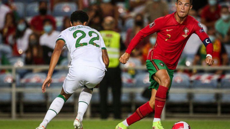 Нападающий Португалии Криштиану Роналду (справа) борется за мяч с защитником Ирландской Республики Эндрю Омобамиделе во время матча отборочного турнира Чемпионата мира по футболу 2022 в Катаре, группа A, Португалия, 1 сентября 2021 г.