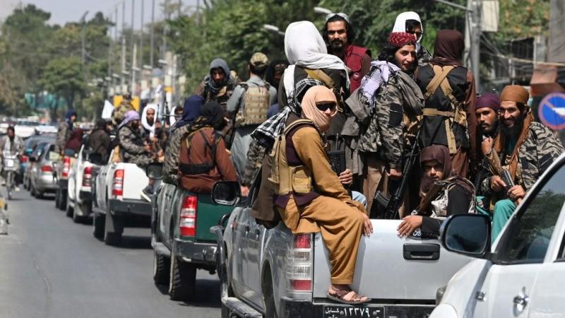 Колонна боевиков «Талибана» патрулирует улицу Кабула 2 сентября 2021 г.