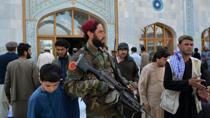 Вооруженный боец Талибана стоит на страже, когда мусульманские преданные уходят после пятничной молитвы в мечети Пули-Хишти в Кабуле 3 сентября 2021 г. HOSHANG HASHIMI/AFP via Getty Images | Epoch Times Россия