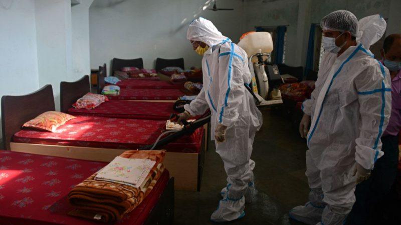 Сотрудники проводят дезинфекцию общежития во время пандемии коронавируса Covid-19 в Силигури 4 сентября 2021 г. DIPTENDU DUTTA/AFP via Getty Images   Epoch Times Россия