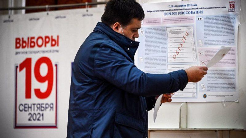 Мужчина проверяет свой бюллетень на избирательном участке во второй день выборов в Госдуму и местных выборов в Москве 18 сентября 2021 года. ALEXANDER NEMENOV/AFP via Getty Images | Epoch Times Россия
