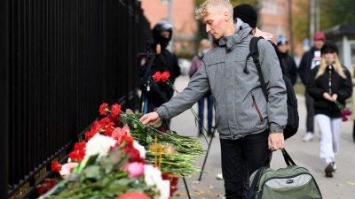 К кампусу университета в Перми жители несут цветы в память о погибших при стрельбе