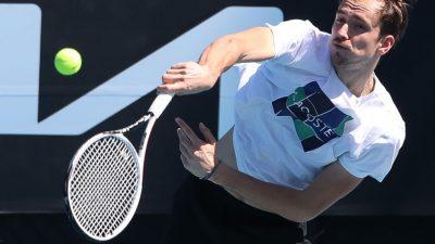 Россиянин Медведев впервые выиграл турнир Большого шлема, обыграв Джоковича