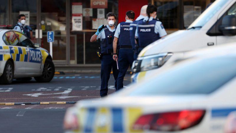 Вооружённая полиция патрулирует территорию вокруг торгового центра Countdown LynnMall после нападения с ножом 3 сентября 2021 года в Окленде, Новая Зеландия. Мужчина был застрелен полицией после того, как напал на шесть человек в супермаркете LynnMall в Окленде. Fiona Goodall/Getty Images   Epoch Times Россия