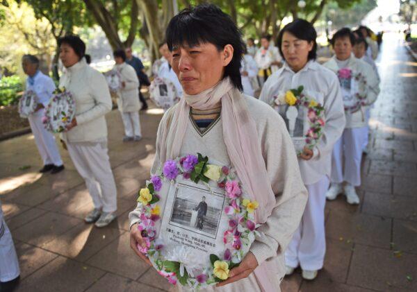 4 сентября 2015 года практикующие Фалуньгун прошли маршем по Сиднею, выражая поддержку всемирным судебным искам против бывшего китайского лидера Цзян Цзэминя. (William West/AFP via Getty Images)