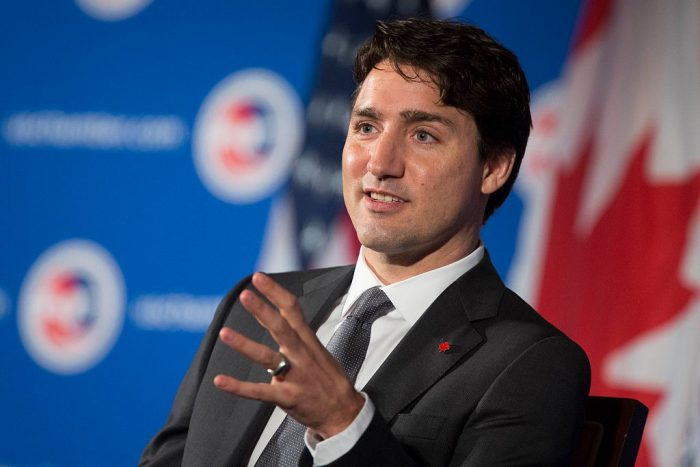 В Канаде участники предвыборного митинга закидали премьер-министра камнями