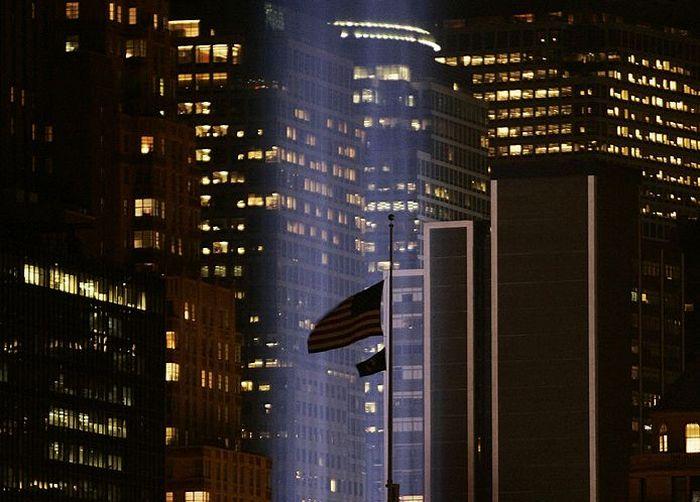Над Манхэттеном зажглись две световые башни в память о жертвах 11 сентября