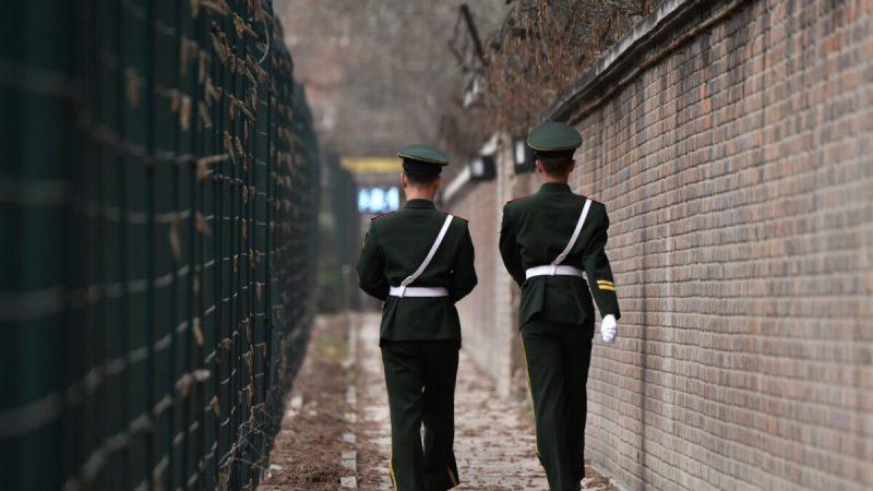 Сотрудники китайской военизированной полиции патрулируют Пекин 28 марта 2018 года. Greg Baker/AFP via Getty Images    Epoch Times Россия