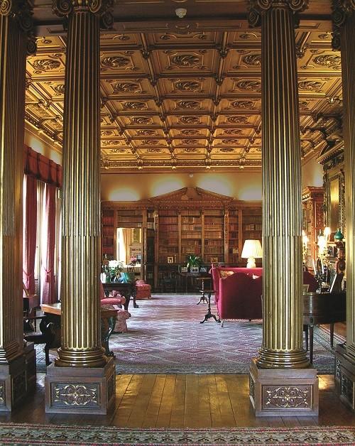 В библиотеке замка Хайклер хранится более 5650 книг. (Highclere Castle)