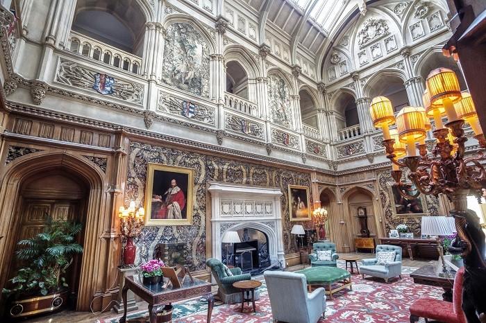 Зал в замке Хайклер, выполненный в готическом стиле. (Highclere Castle)