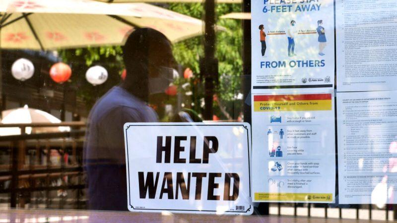 Табличка «Требуется помощь» висит рядом с инструкциями по безопасности в связи с распространением коронавируса перед рестораном в Лос-Анджелесе, Калифорния, 28 мая 2021 года. (Frederic J. Brown/AFP via Getty Images)   Epoch Times Россия