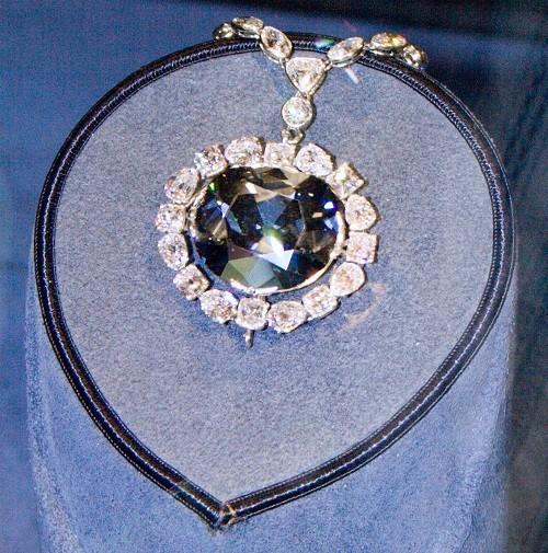 Алмаз Хоупа в экспозиции Музея естественной истории. Фото: David Bjorgen/ wikipedia.org/ CC BY-SA 3.0