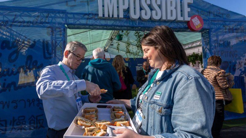 Женщина подаёт продукт из свинины растительного происхождения от компании Impossible Foods на выставке потребительской электроники (CES) 2020 в Лас-Вегасе, штат Невада, 9 января 2020 года. (David McNew/AFP/Getty Images) | Epoch Times Россия