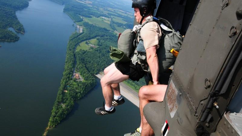 Солдаты 20-й группы спецназа совершают умышленный прыжок с воздуха над озером Грин-Ривер недалеко от Кэмбеллсвилля, штат Кентукки, 13 июля 2013 г. (фото Национальной гвардии США, сделанное штаб-сержантом Скоттом Рэймондом)    Epoch Times Россия