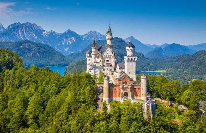 Всемирно известный замок Нойшванштайн, дворец XIX века в стиле романского возрождения, построенный для короля Людвига II на скалистом утёсе, на фоне живописного горного пейзажа недалеко от Фюссена, юго-запад Баварии, Германия. (minnystock via Dreamstime) | Epoch Times Россия