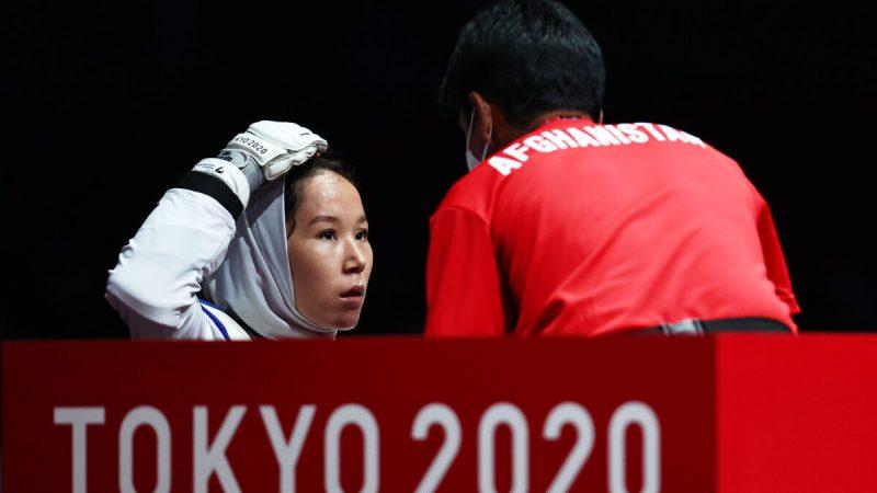 Закия Худадади из Афганистана во время боя против Виктории Марчук с Украины на Паралимпийских играх Токио-2020 в Тибе, Япония, 2 сентября 2021 года (Thomas Peter / Reuters)    Epoch Times Россия