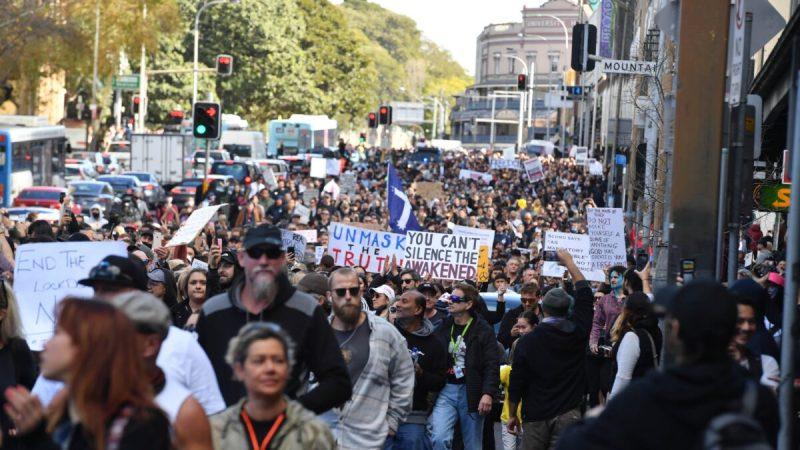 Протестующие идут по Бродвею и улице Джорджа в сторону мэрии Сиднея во время митинга против блокировки улиц в Гайд-парке в Сиднее, Австралия, 24 июля 2021 года. (Mick Tsikas/AAP Image)     Epoch Times Россия